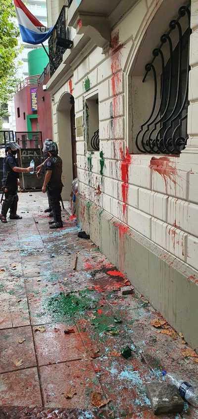 Argentina: manifestantes causan daños en embajada paraguaya