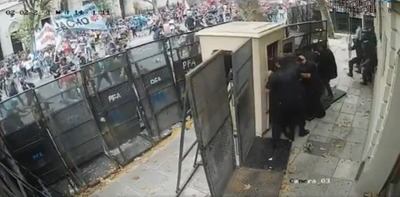 Multitud ataca Embajada de Paraguay en Buenos Aires por muerte de dos menores en campamento del EPP