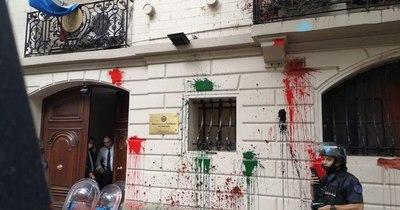 La Nación / Con bombas molotov atacaron la embajada paraguaya en Buenos Aires