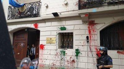 Tras ataque a sede de embajada en Argentina detienen a prófugas por pintata del Panteón