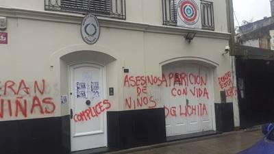 VIOLENTO ATAQUE A SEDES DIPLOMÁTICAS PARAGUAYAS POR GRUPOS DE IZQUIERDA