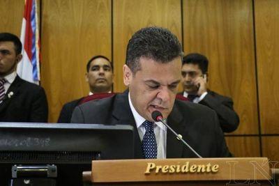 Haciendo gala de su haraganería, Robert Acevedo salva a Juan Ernesto Villamayor del voto censura