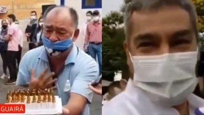 Hombre clama medicamento a Abdo Benítez en acto oficial