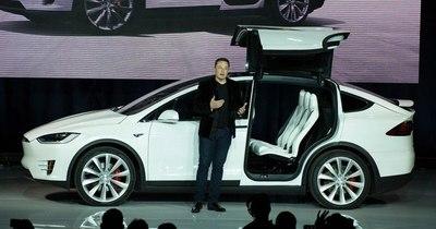 La Nación / Tesla retira del mercado 135.000 vehículos por fallas de seguridad