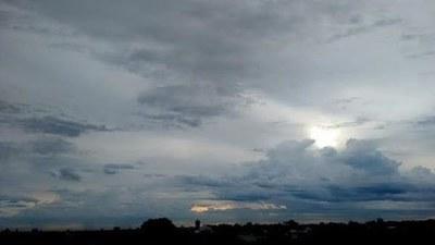 Viernes fresco a cálido y parcialmente nublado
