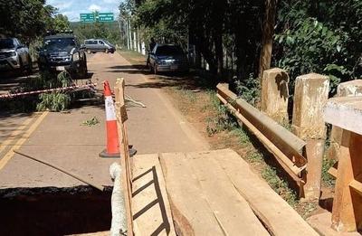 HOY / Cordillera: vecinos reconstruyen puente de forma provisoria para transitar