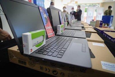 Ejecutivo provee más tecnología a estudiantes de Ñeembucú
