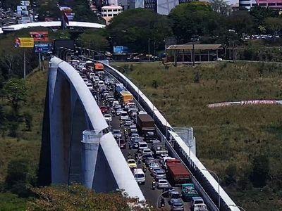 Coordinan ingreso para evitar fila de camiones en el Puente de la Amistad
