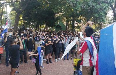 Jóvenes manifestantes tildan a Marito de ser un insensible y títere de Cartes