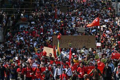 Manifestaciones contra la junta militar birmana se expanden por todo el país