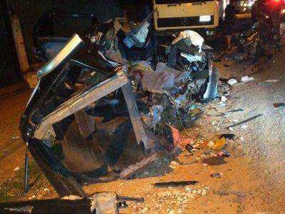 Destruyó su camio contra camión pero él sobrevivió