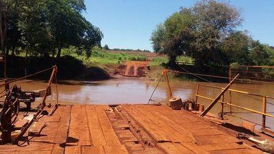 Sus frenos no respondieron y vehículo cayó al río Ñacunday