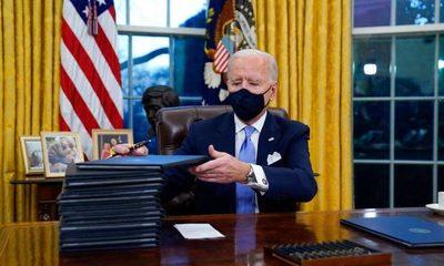 Joe Biden sube los impuestos, regula el mercado laboral y estalla el gasto público