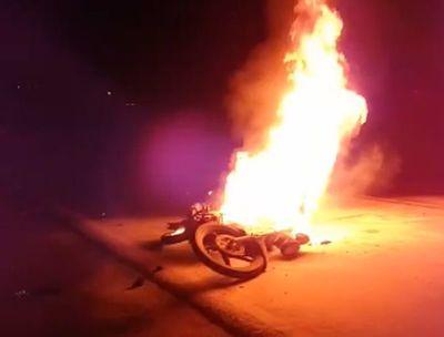 Tres lesionados tras choque e incendio de motocicleta