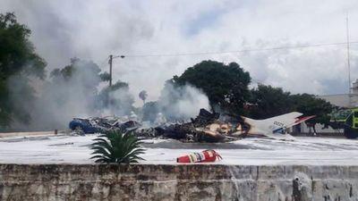 Al menos siete muertos tras caer una avioneta militar en un predio de la Fuerza Aérea
