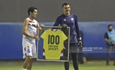 HOY / Kili Rojas recibe la tradicional camiseta con la inscripción 100
