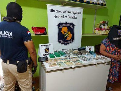 Mujer detenida y drogas incautadas en allanamiento