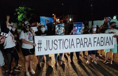 """Familiares de joven asesinado se manifiestan una vez más frente a la casa de novia de """"Papo"""" Morales"""