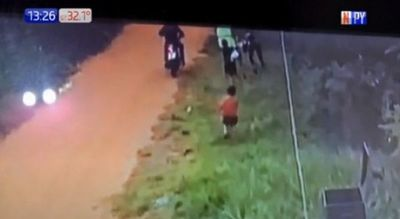 Niños defienden a su madre de un asalto