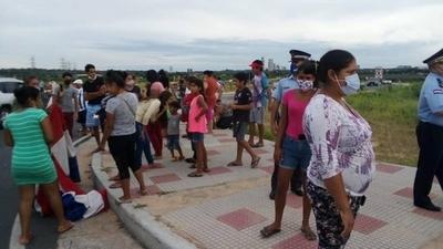 HOY / Pobladores cerraron parcialmente la Costanera para denunciar a empresa por inundar sus viviendas