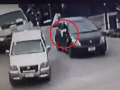 Usan pañuelo blanco para abrirse paso y huir con auto robado