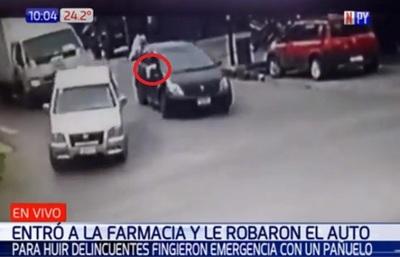 Roban vehículo frente a farmacia y usan pañuelo blanco para huir