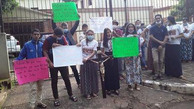CDE: miembros de comunidad sancionada se manifiestan contra decisión de obispo
