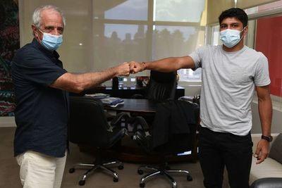 Rojas extiende y Martínez firma