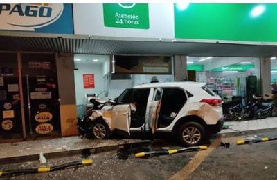 HOY / Choque vehicular causó que camioneta impacte contra un cajero y una farmacia