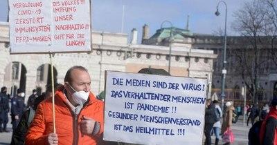 La Nación / Los austriacos, hartos de las restricciones anti-COVID, vuelven a manifestarse