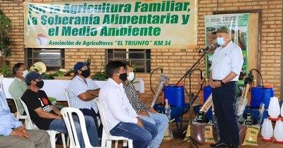 La Nación / Realizan entrega de implementos agrícolas en Alto Paraná