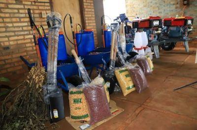 Productores de Minga Guazú reciben implementos agrícolas