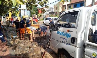 Essap repara caños rotos en vecindario luqueño •