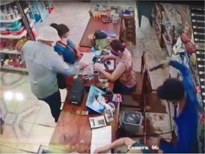 Delincuentes roban cerca de G. 30 millones de un autoservice