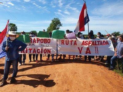 Pobladores exigen asfalto y distritación de Puerto Ybapobõ