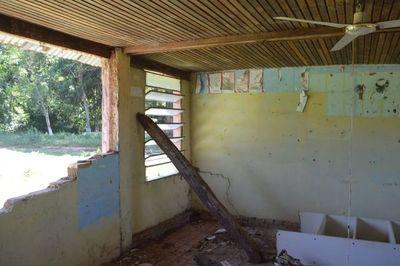Ante derrumbe de aula, limpian el patio para iniciar clases bajo árbol en San Pedro