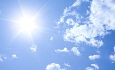 Jueves fresco a caluroso y escasamente nublado