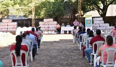 Productores avícolas recibieron kits para producción en Caazapá