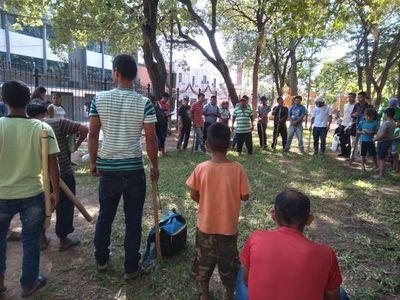 Miembros del clan Domínguez impiden el tránsito en el microcentro, con un tendal de reclamos