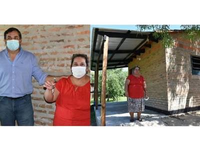 Gobernación de Misiones entrega vivienda a humilde pobladora