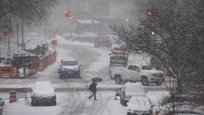 La electricidad comienza a restablecerse en un EE.UU. azotado por un frío polar