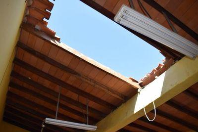 En una escuela de Limpio el cielo es el límite (porque el techo fue destruido y jamás reparado)