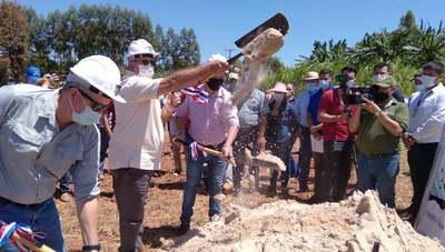 Inicia construcción del tinglado para acopio de leche en Raúl A. Oviedo