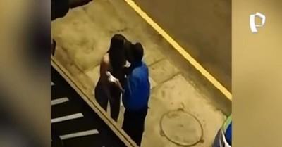 Policía peruano sorprendió a una joven infringiendo el toque de queda y en vez de arrestarla la besó