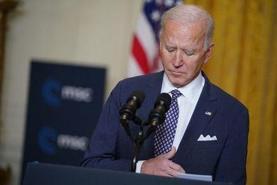 """Biden dice que lucha entre democracia y autocracia está en """"punto de inflexión"""""""