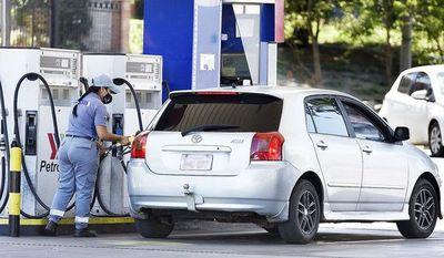 Emblemas privados ya alzaron ayer G. 400 el precio de los combustibles
