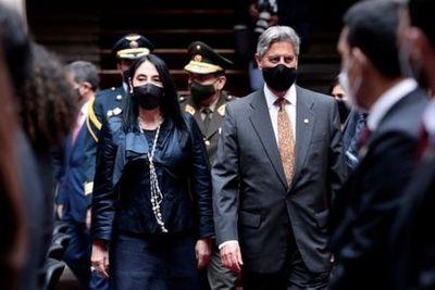 """Cómo fue el """"Vacunagate"""" que le costó el puesto a dos ministras y a más 100 funcionarios en Perú"""