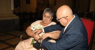 La Nación / Son pacientes oncológicos, vencieron juntos al COVID-19 y decidieron casarse de nuevo como hace 45 años