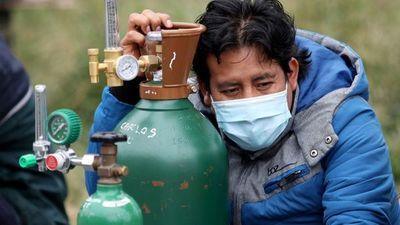 Oxígeno medicinal escasea en Perú desde hace un mes