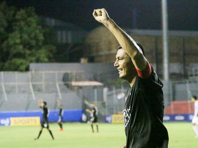 Libertad venció a Nacional 3-0 y lidera la clasificación del Apertura.